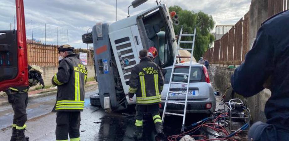 Gela, cisterna carica di calcestruzzo finisce sopra un'autovettura: miracolati i due occupanti dei veicoli