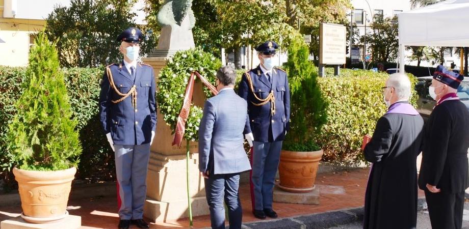 Un pensiero speciale a uomini e donne della Polizia di Stato: il questore di Caltanissetta depone una corona