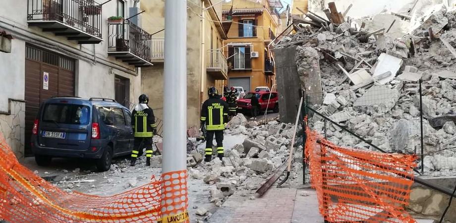 Crolla un edificio a San Cataldo: vigili del fuoco scavano tra le macerie ma non ci sarebbe alcun ferito