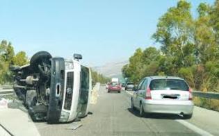 Incidente sulla statale 117 bis: furgone si ribalta nei pressi di Enna. Traffico paralizzato