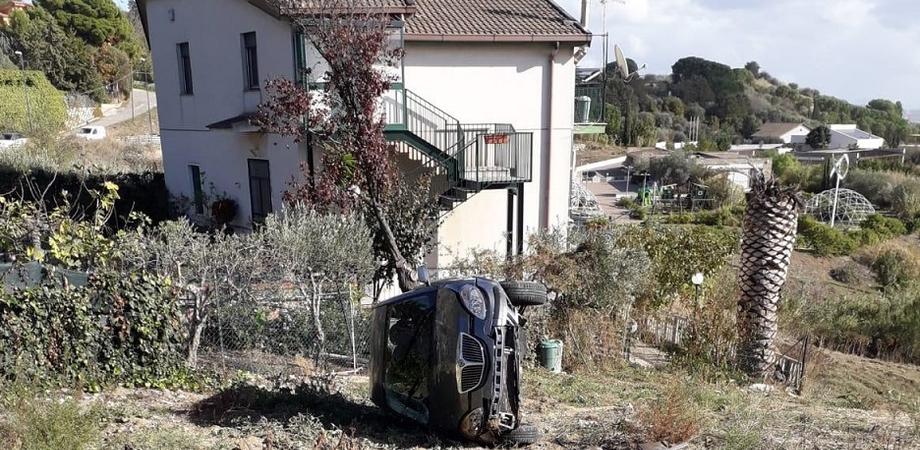 Caltanissetta, in via Due Fontane auto esce fuori strada e si ribalta: ferito il conducente