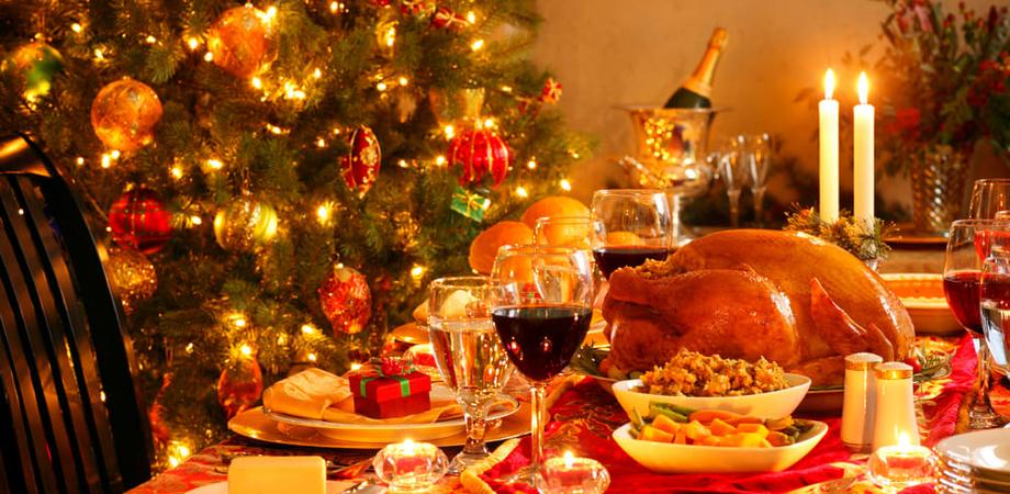 A Capodanno uva, lenticchie e cotechino nelle tavole degli italiani. Uno su cinque a letto prima di mezzanotte