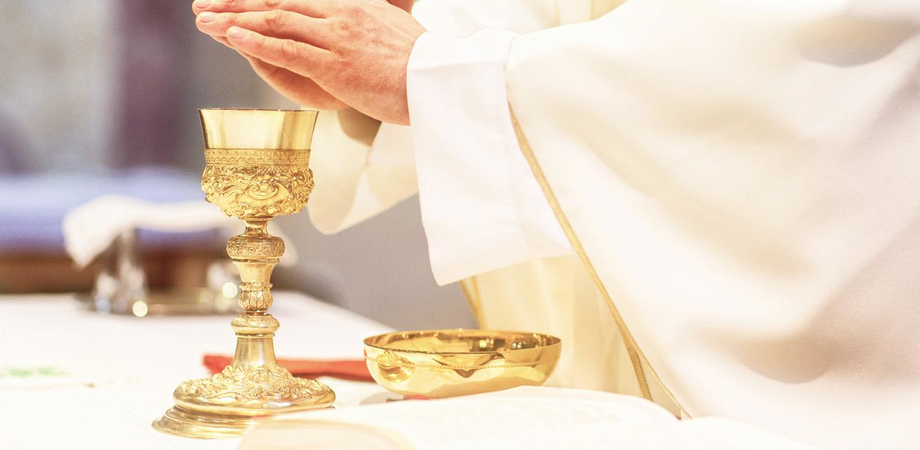 Butera, il vicario foraneo ha il Covid e il vescovo lo autorizza a celebrare la messa su Facebook