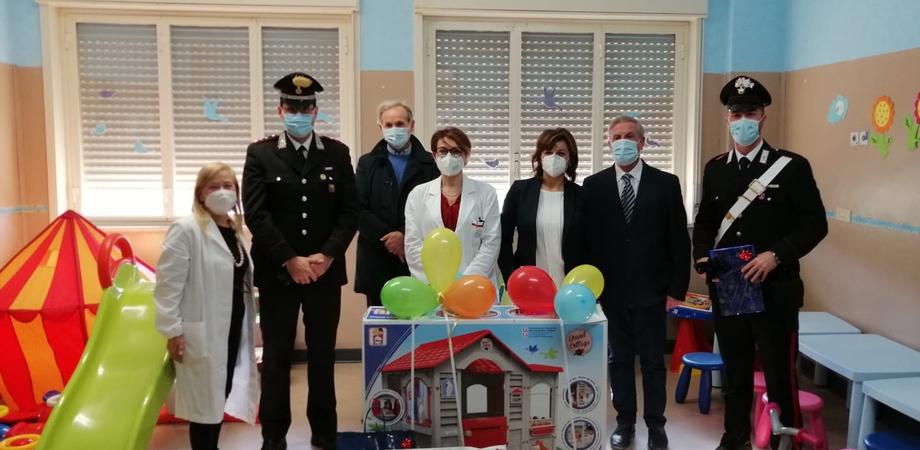 Carabinieri nel reparto di pediatria dell'ospedale di Piazza Armerina: doni per i bambini ricoverati