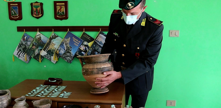 A Gela noto medico trovato in possesso di 64 reperti archeologici: denunciato dalla Guardia di Finanza