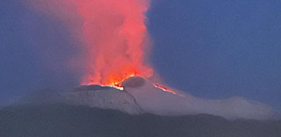 La bellezza dell'Etna tra neve e fuoco: in nottata due colate hanno regalato uno scenario spettacolare
