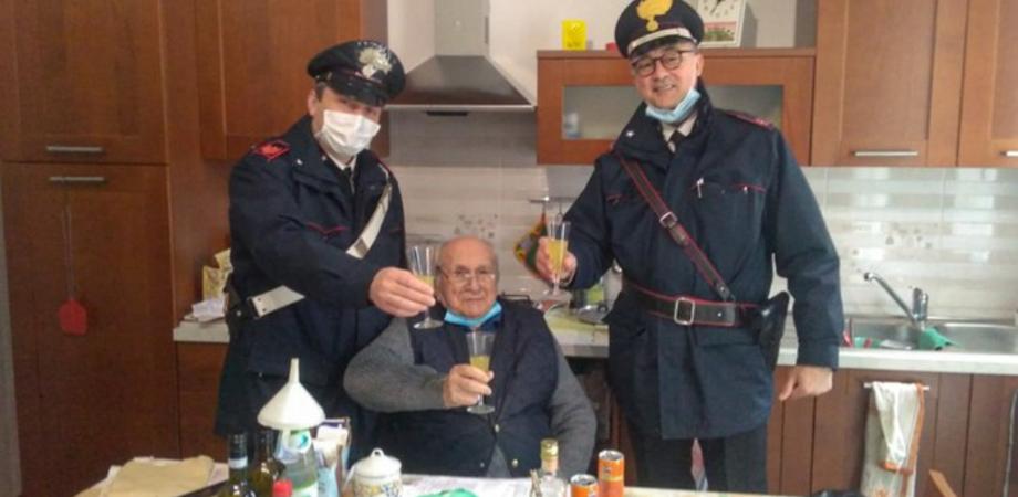 Solo a casa per Natale, 94enne chiama i carabinieri per fare un brindisi