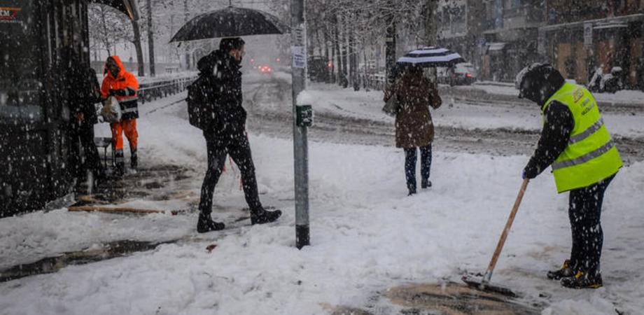 Milano e la Lombardia si risvegliano ricoperte dalla neve, fiocchi anche a Venezia