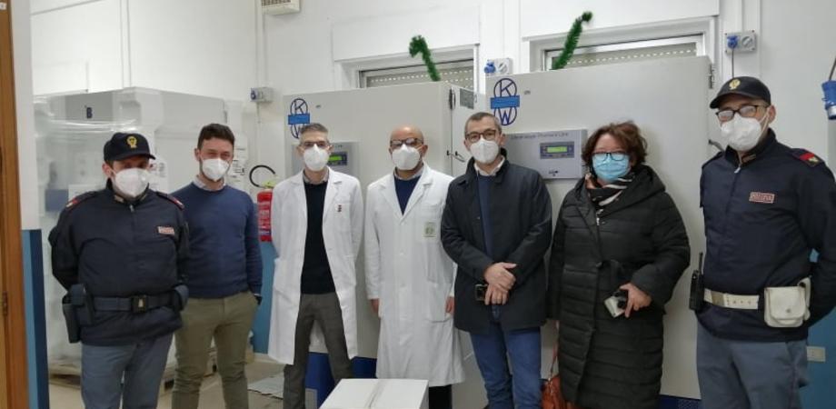 Coronavirus, scortate dalla polizia sono arrivate al Sant'Elia di Caltanissetta le prime dosi di vaccino