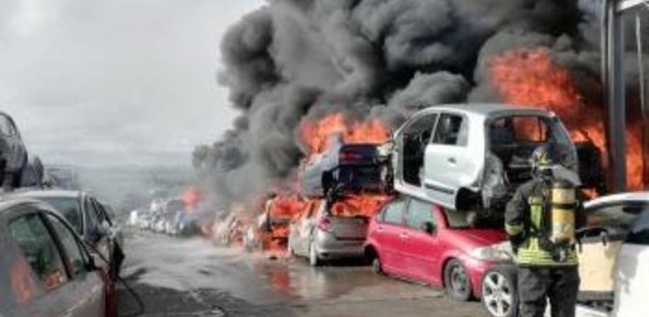 A fuoco deposito di autodemolizioni: allarme lanciato da alcuni automobilisti che percorrevano la Catania-Gela