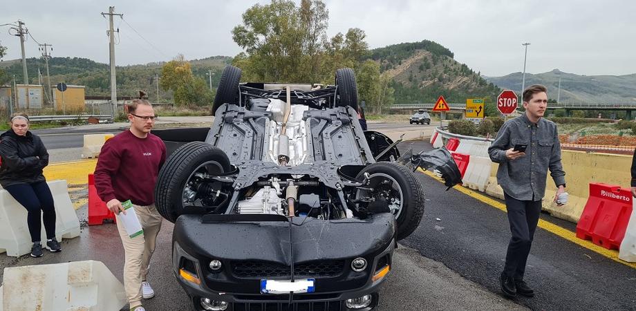 A19, incidente allo svincolo per Caltanissetta: auto si ribalta, 4 persone soccorse dai dipendenti di un caseificio