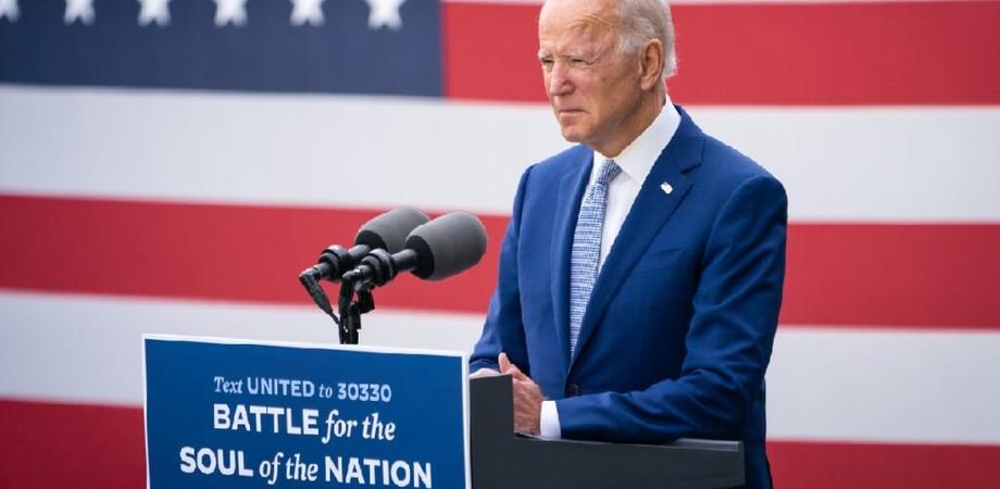 Vaccini, accordo sul clima e stop al bando sui migranti: i primi atti di Biden da presidente Usa