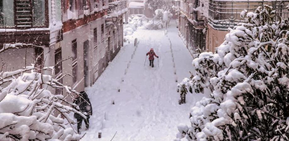"""Tempesta di neve in Spagna, quattro morti. Il Governo: """"Restate a casa"""""""