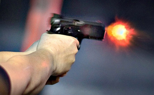 A Gela lite sui social finisce a colpi di pistola: illesi i due fratelli bersaglio degli spari