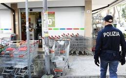 Caltanissetta, prende vino e altri alimenti e cerca di uscire dal supermercato senza pagare: denunciato dalla polizia