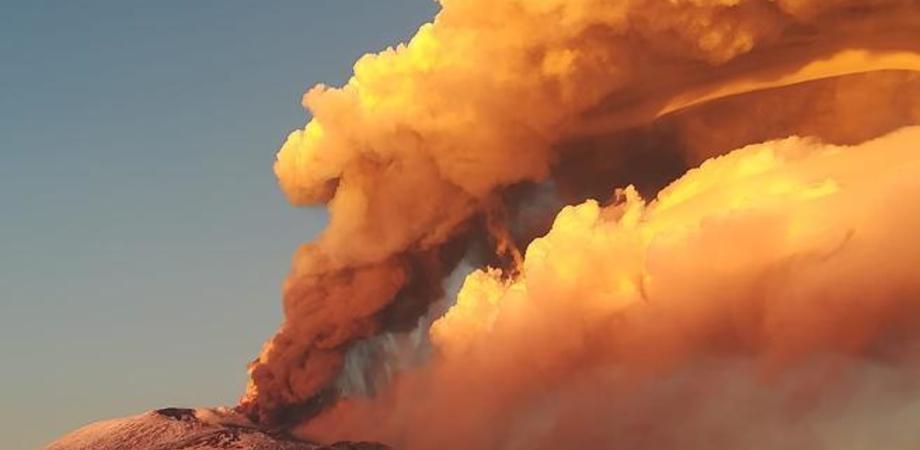L'Etna torna a far rumore: ancora un risveglio del vulcano con lancio di cenere e lapilli