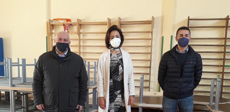 Nuovi arredi per le scuole di Gela, iniziata la distribuzione nei 29 plessi della città