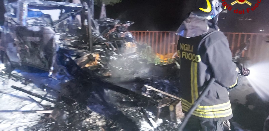 Caltanissetta, camper e auto a fuoco in via Pitrè: bombola esplode e provoca lo scoppio di alcune finestre