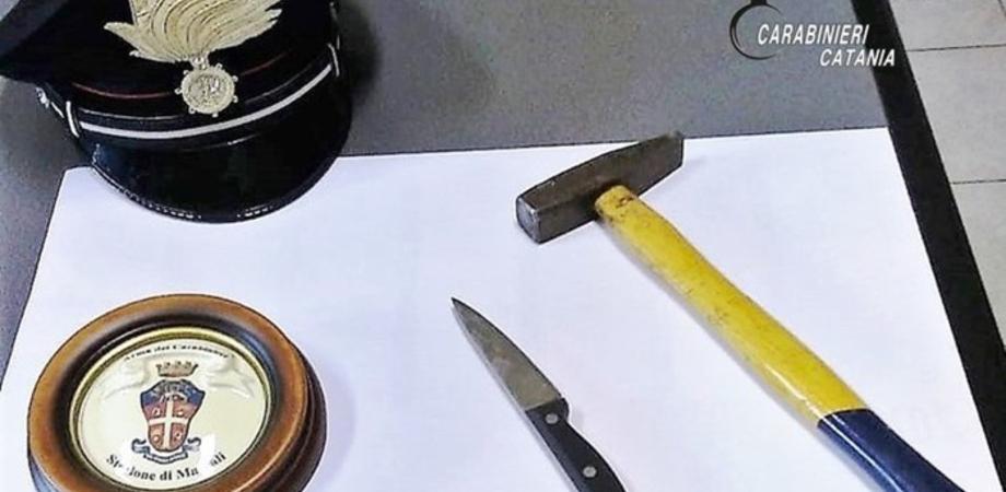 Trova foto di una donna nel cellulare del compagno e lo colpisce con un martello e un coltello: arrestata