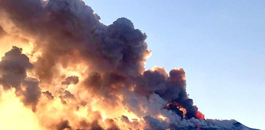 L'Etna non si ferma, aumenta il tremore vicino al cratere di sud-est: il vulcano in piena eruzione