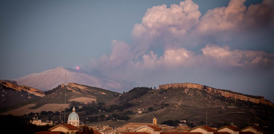 Fontane di lava e imponenti emissioni di cenere: lo spettacolo dell'Etna oggi visibile anche da Caltanissetta