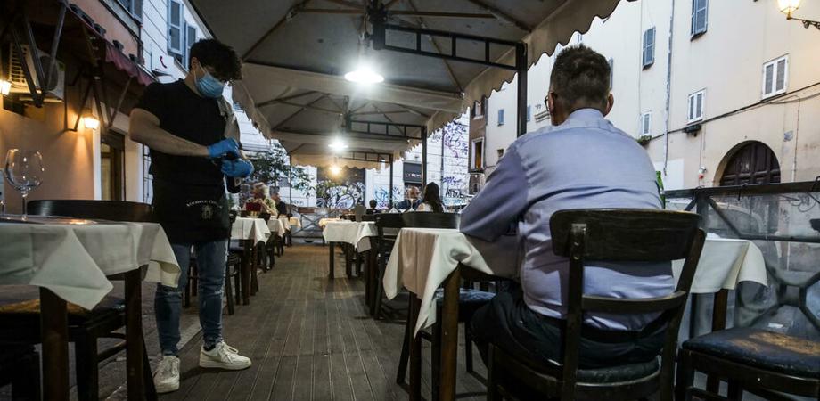 Ristoranti riaperti a pranzo e cena: all'aperto, massimo 4 a tavola e con regole ben precise