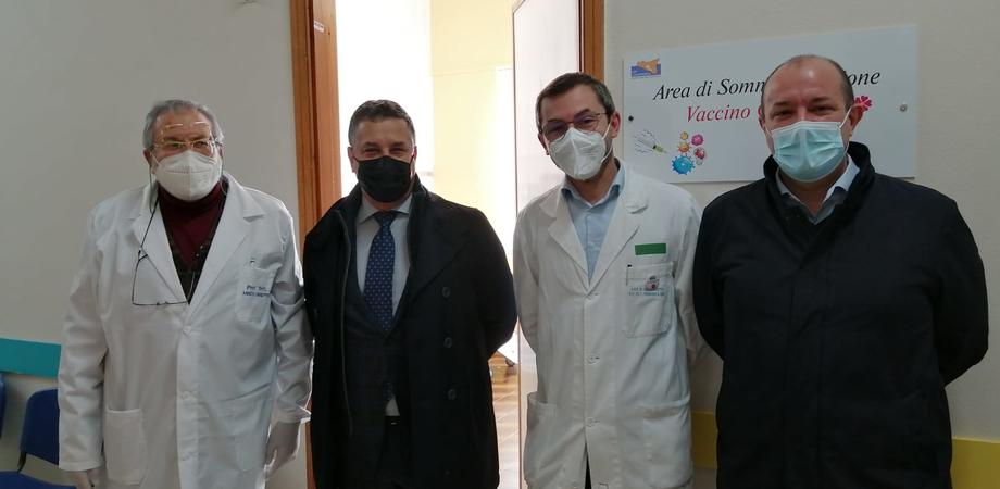 """Covid, al Sant'Elia di Caltanissetta vaccinati i primi poliziotti, il questore: """"Adesione alta anche grazie al lavoro del nostro ufficio sanitario"""""""
