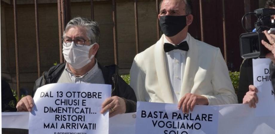 """Ristoratori protestano a Palermo, multa da 400 euro: """"Norme anti Covid non rispettate"""""""