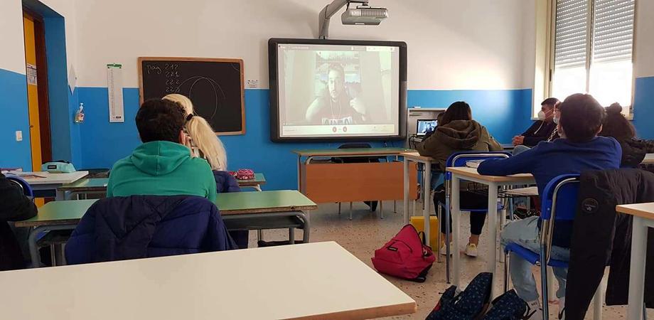 """""""Caccia alla bufala"""", gli studenti della Carducci di San Cataldo a confronto con lo scienziato Luca Perri"""