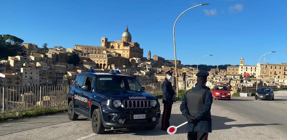 Piazza Armerina, dalle risse alle minacce ai passanti: reddito di cittadinanza sospeso a 4 persone