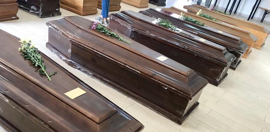 Controlli al cimitero Farello di Gela, sporcizia e 45 feretri accantonati in attesa di sepoltura