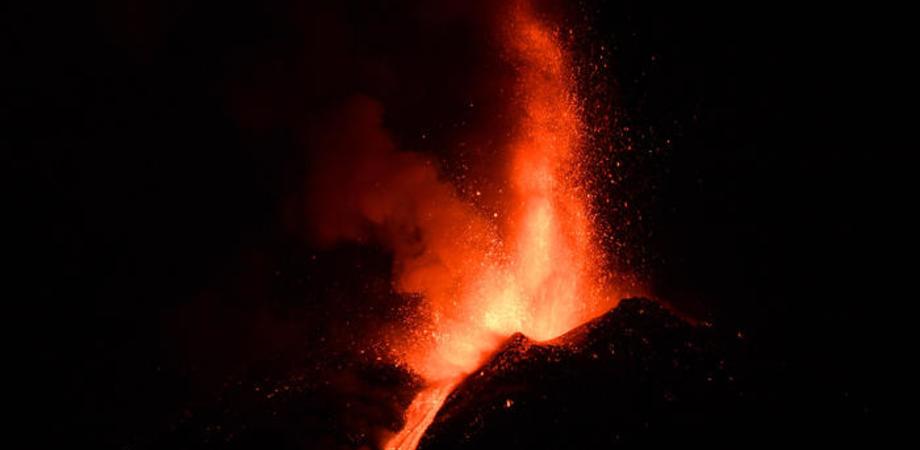 L'Etna continua a dare spettacolo: eruzione con fontana di lava, cenere, boati e colata