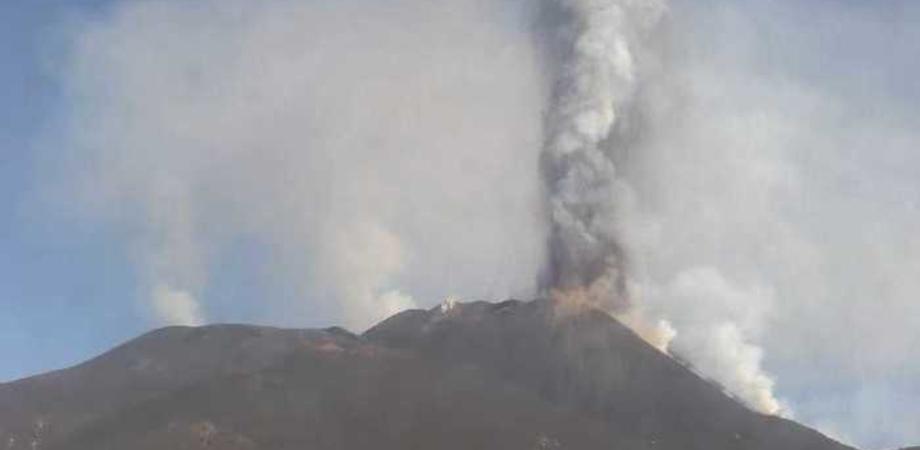 """L'Etna """"accelera"""", nube lavica alta 12 chilometri. Decimo evento parossistico dal 16 febbraio"""