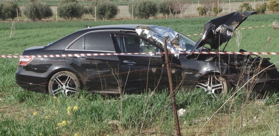 Gela, esce di strada con l'auto e si schianta contro un traliccio: 50enne muore sul colpo