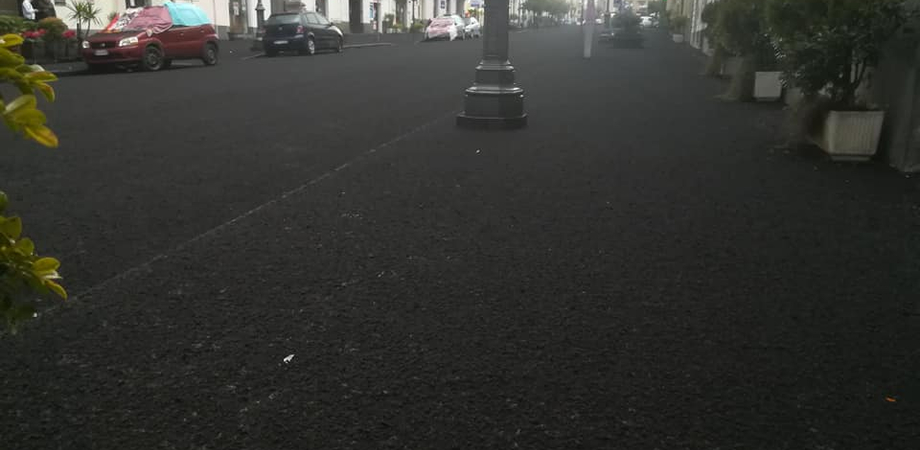 Intensa pioggia di Lapilli sui paesi dell'Etna. A Giarre e Mascali un tappeto di cenere