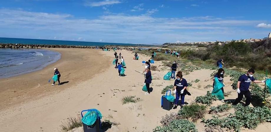 Anche a Gela la giornata Plastic Free, in spiaggia un centinaio di volontari: raccolti oltre 170 sacchi di rifiuti