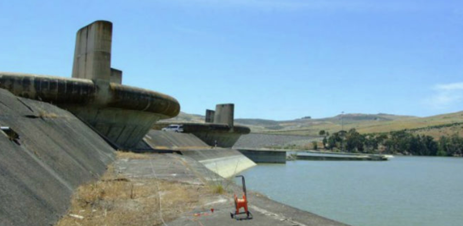 Gela, la diga Disueri è invasa dal fango e l'acqua viene gettata in mare: il Comune incontra la Regione