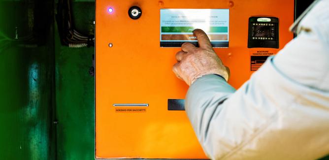 Guasti distributori automatici di sacchi: a Caltanissetta la Dusty organizza distribuzione alternativa