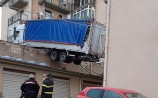https://www.seguonews.it/tir-in-bilico-sui-tetti-evacuata-a-caccamo-una-palazzina-soccorritori-al-lavoro-per-rimuoverlo