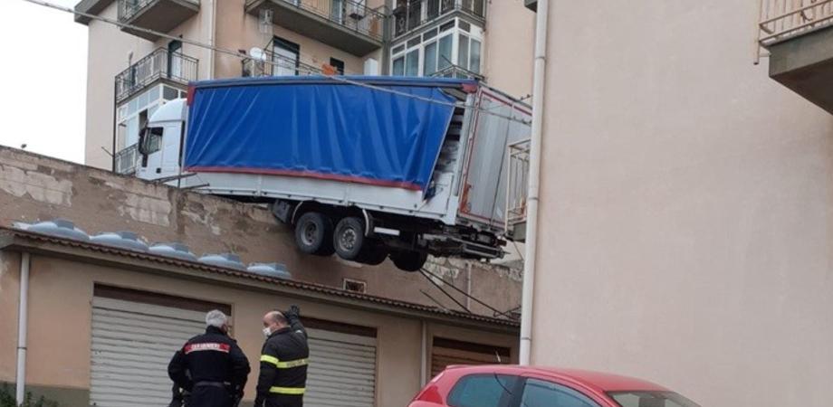 Tir in bilico sui tetti, evacuata a Caccamo una palazzina: soccorritori al lavoro per rimuoverlo