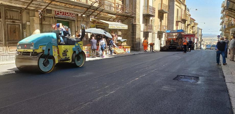 Gela, asfaltata via Bresmes. Presto piazza Mattei verrà liberata dalle transenne