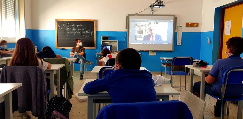 """San Cataldo. Alunni, docenti e genitori della """"Carducci"""" incontrano Roberto Burioni"""
