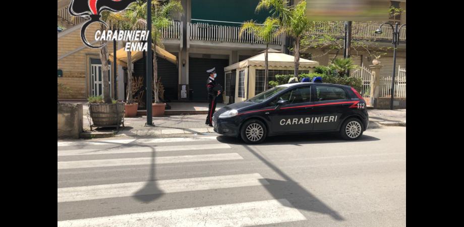 Piazza Armerina, bar pieno di giovani: all'arrivo dei carabinieri c'è il fuggi fuggi generale