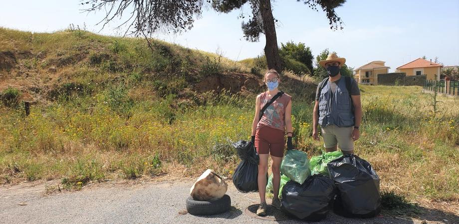 A Niscemi arrivano nuovi abitanti in difesa della natura: un marocchino e una polacca raccolgono rifiuti