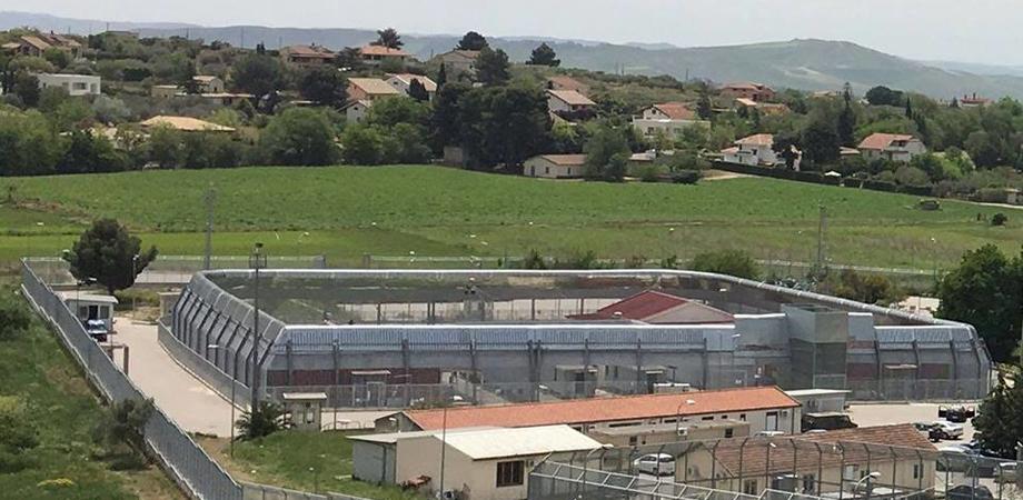Caltanissetta, protesta al Cpr di Pian del Lago: ospiti danno fuoco ai materassi