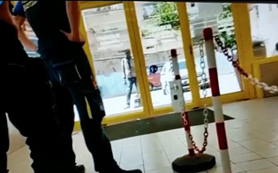 Caltanissetta, migrante lancia pietre contro vetrata supermercato: panico tra i presenti. Il video