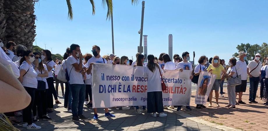 Insegnante di Gela morta dopo il vaccino Astrazeneca, sit-in davanti al Tribunale