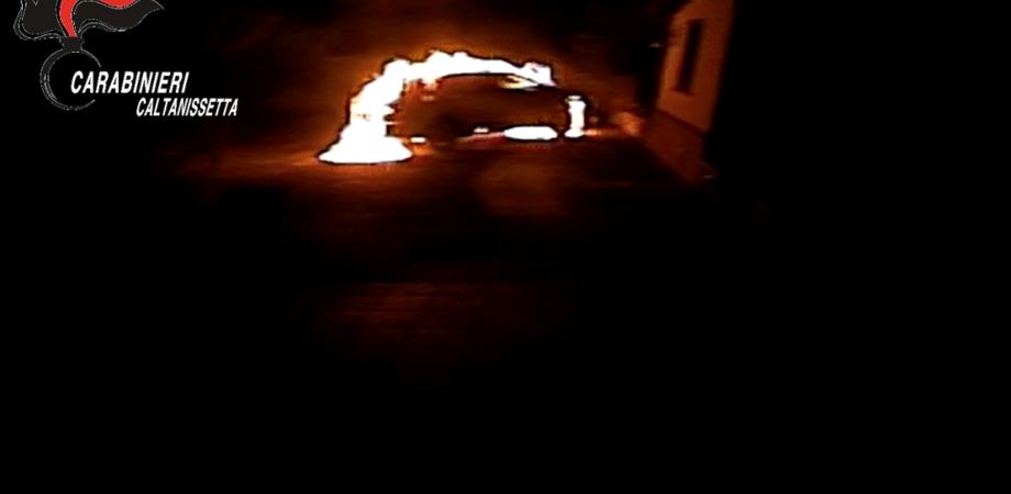 Incendiò due auto e l'abitazione di un avvocato di Caltanissetta: presunto autore incastrato dalle telecamere