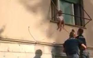 https://www.seguonews.it/bimba-di-due-anni-seduta-in-bilico-sul-davanzale-della-finestra-la-polizia-la-salva