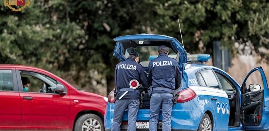 Caltanissetta, la polizia interviene per una lite dentro un taxi e trova marijuana e cocaina: un arresto